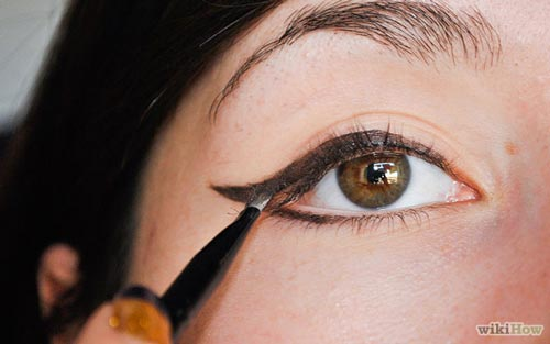 smokey-eye-makeup-tutorial--how-to-apply-eyeliner-for-smoky-eyes-1