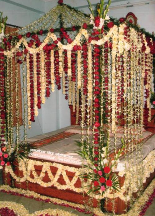 Beautiful bridal room decoration masehri with flowers in india for Bedroom curtains designs in pakistan