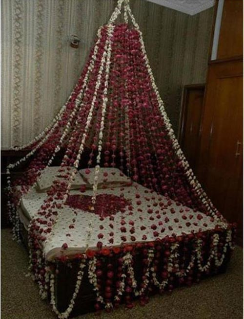 Beautiful bridal room decoration masehri with flowers in for Room design ideas in pakistan