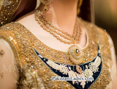 New Bride Wearing Gold Jewellery Sets Designs 2015 Ideas Pics