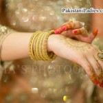 Latest Bride Wearing Gold Jewelry Sets Designs 2015 Pics Ideas Pakistan India Dubai US UK Bangles Mehndi