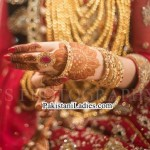 Latest Bride Wearing Gold Jewelry Sets Designs Mehndi 2015 Pics Ideas Pakistan India Dubai US UK Necklace Earring Bangles Finger Rings