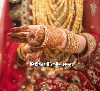 Latest Bride Wearing Gold Jewelry Sets Designs Mehndi 2015 Pics
