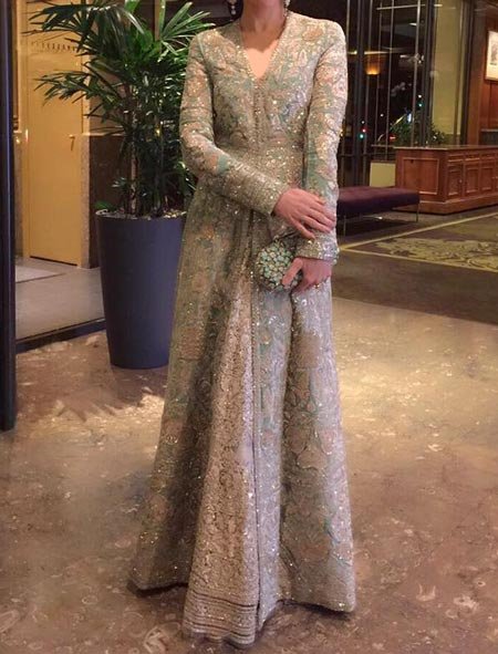karishma-kapoor-sabyasachi-mukherjee-dresses-collection-2017-for-bridal-wedding-facebook-instagram